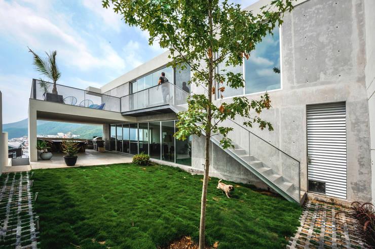 Casa IPE: Casas de estilo  por P+0 Arquitectura