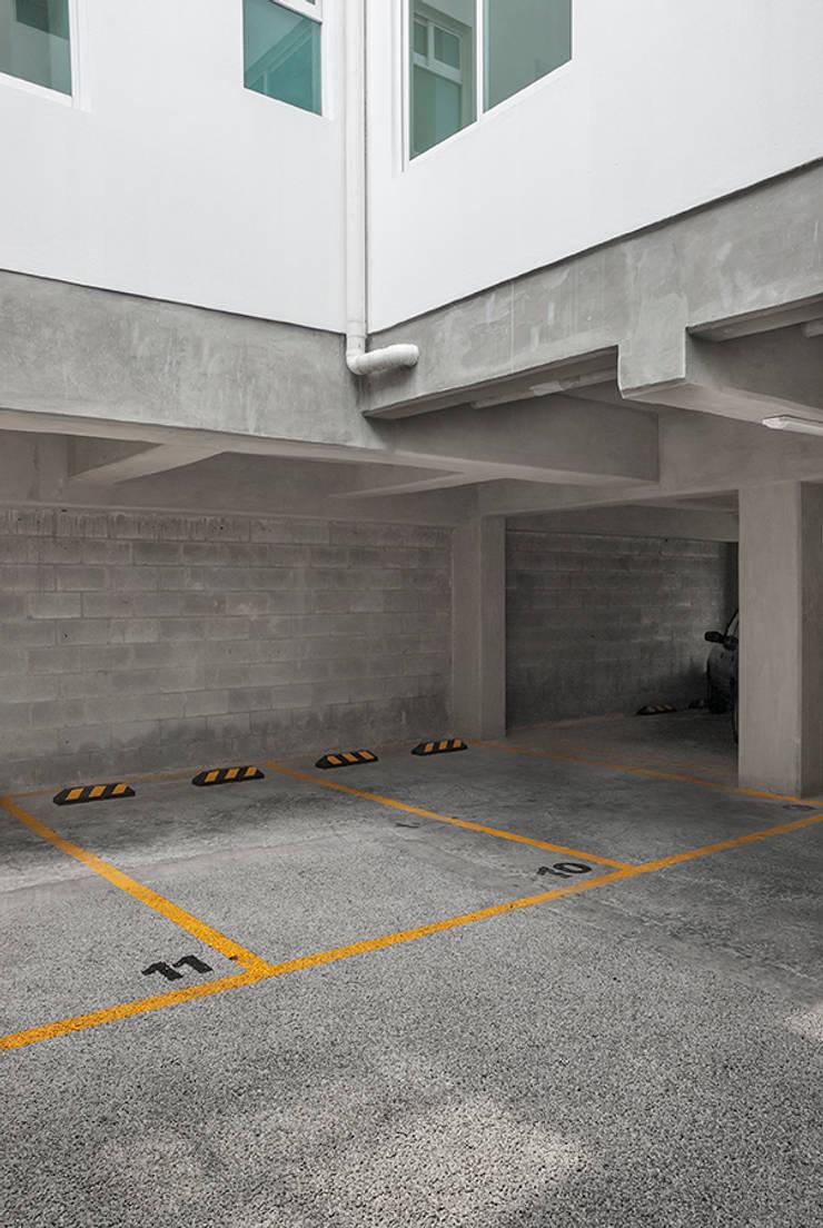 Estacionamiento en planta baja: Casas de estilo  por RECON Arquitectura