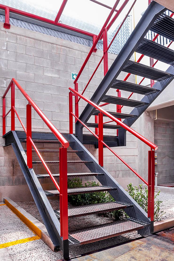 Escaleras en planta de estacionamiento: Casas de estilo  por RECON Arquitectura