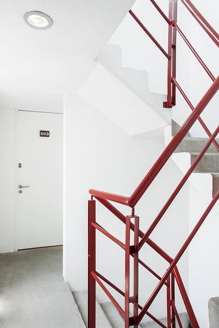 Escaleras y acceso a departamento: Casas de estilo  por RECON Arquitectura