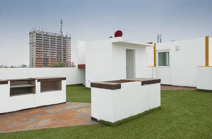 Roof Garden con asadores y baños: Casas de estilo  por RECON Arquitectura