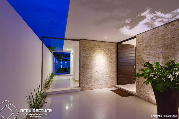 Casa Kopché: Pasillos y recibidores de estilo  por Grupo Arquidecture, Minimalista Granito