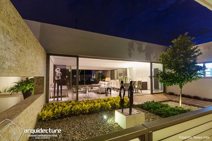 Casa Kopché: Jardines de piedra de estilo  por Grupo Arquidecture, Moderno Mármol