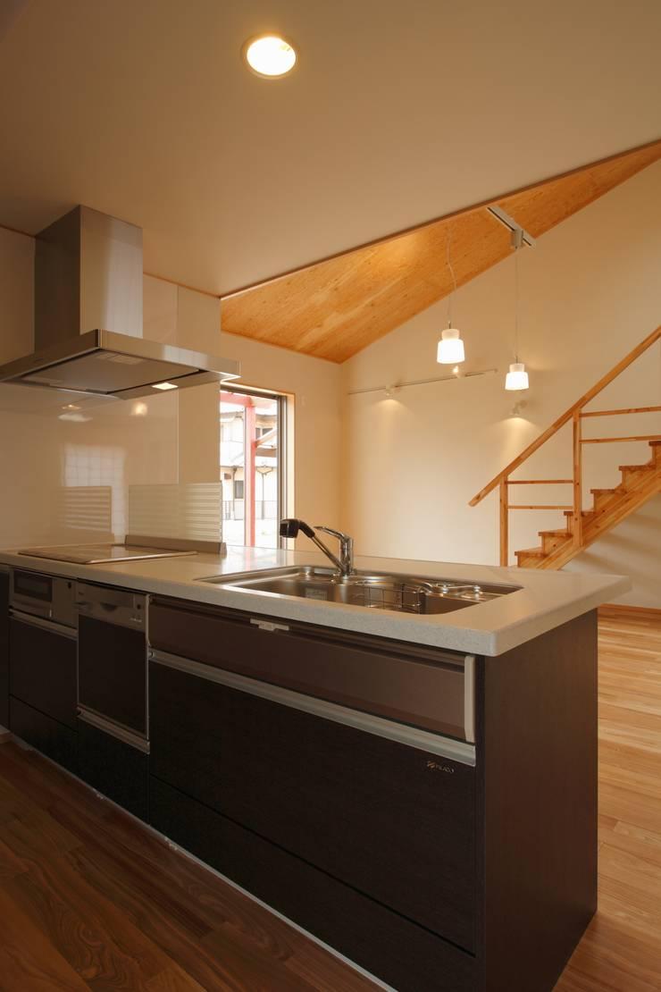 鶴居の家: 辻建築設計室が手掛けたキッチンです。