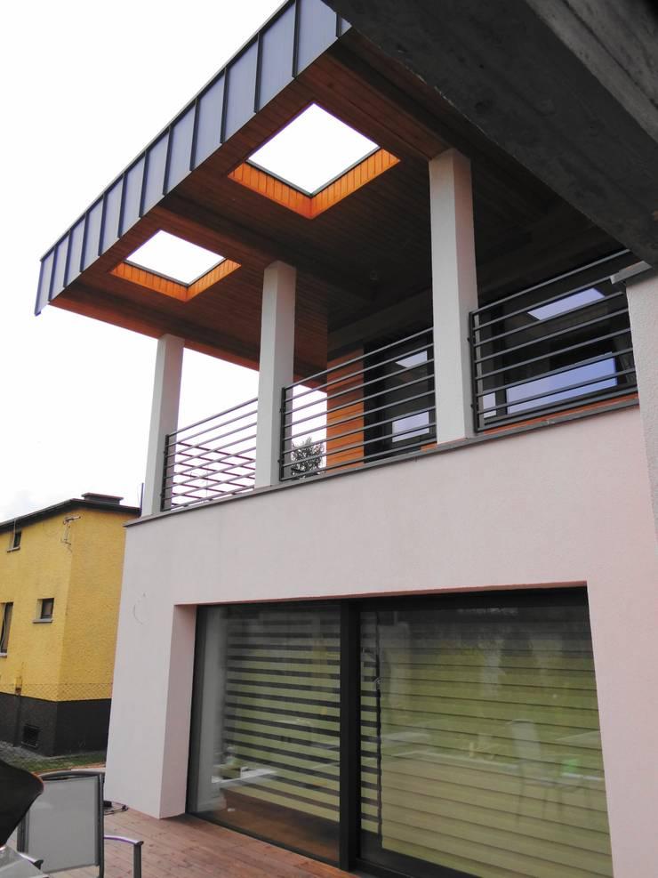 Detal + balkon: styl , w kategorii  zaprojektowany przez Heliolux Design