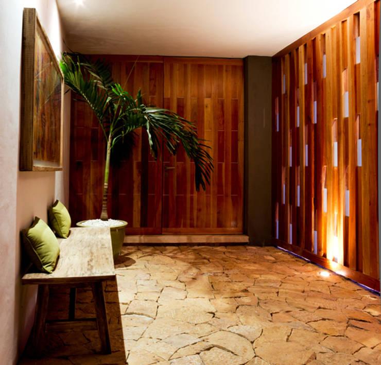 Montebello 332: Pasillos y recibidores de estilo  por Jorge Bolio Arquitectura