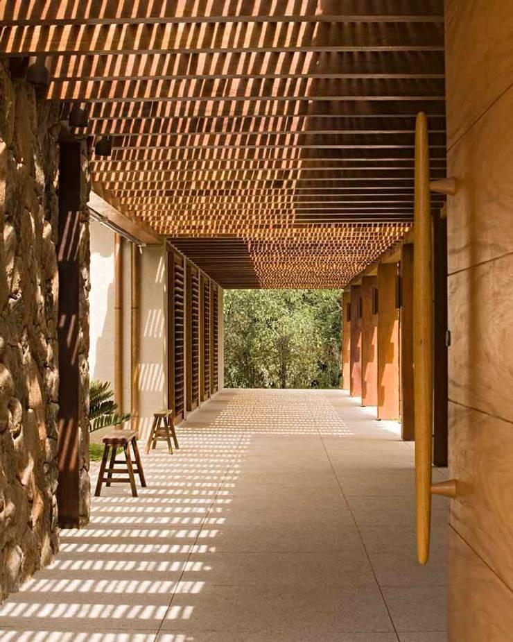 tropical  by Simone Meirelles Arquitetura e Interiores, Tropical