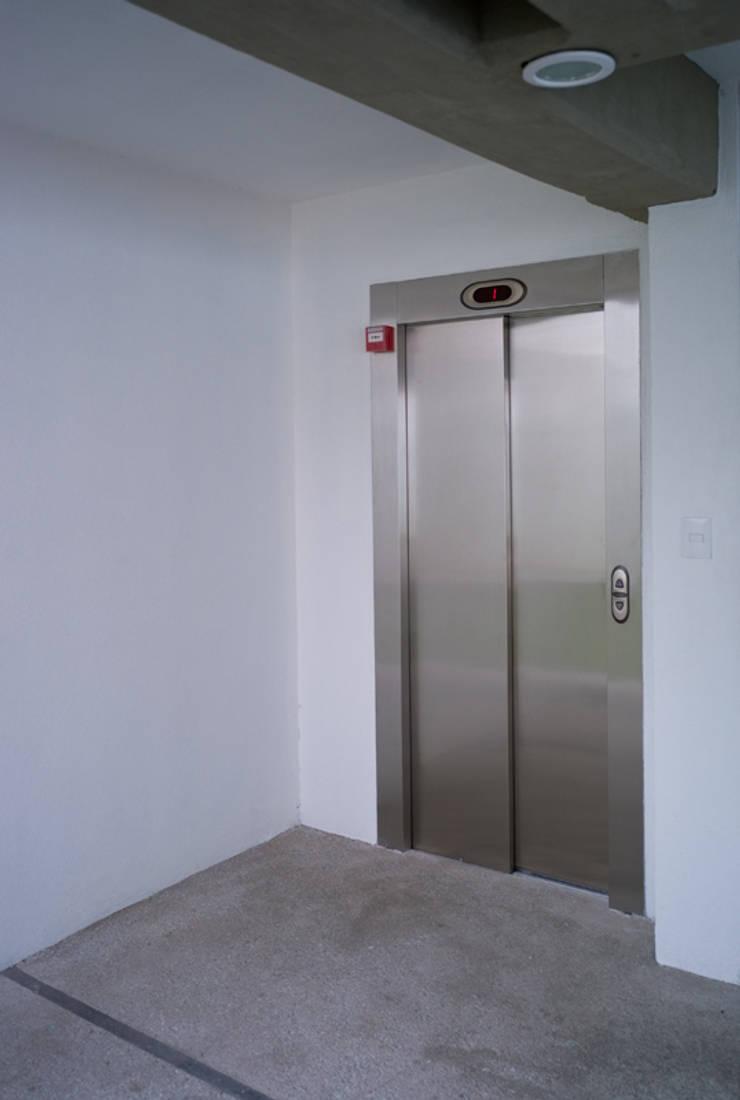 Acceso a elevador Casas modernas de RECON Arquitectura Moderno
