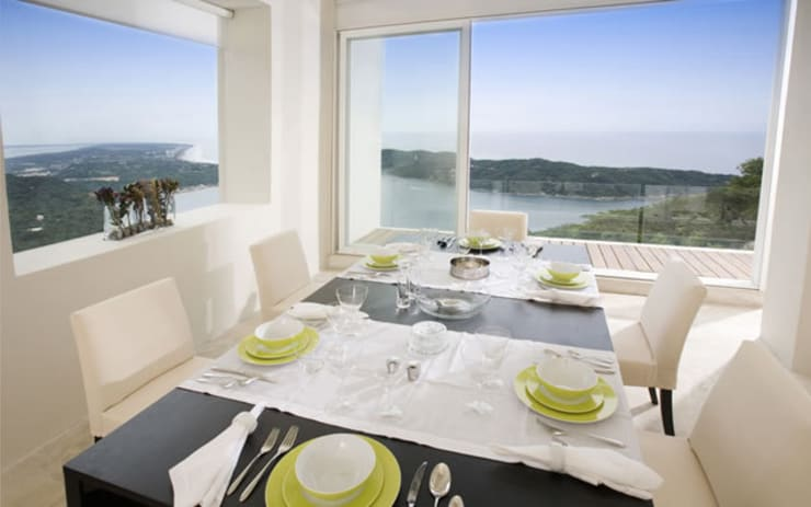 Casa blanca: Comedores de estilo  por BNKR Arquitectura
