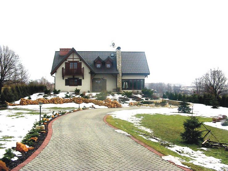 Widok domu od strony wjazdu: styl , w kategorii  zaprojektowany przez Heliolux Design,