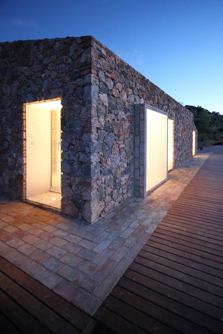 seaside single house:  in stile  di Modostudio | cibinel laurenti martocchia architetti associati