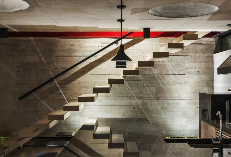 Pasillos y hall de entrada de estilo  por FCstudio