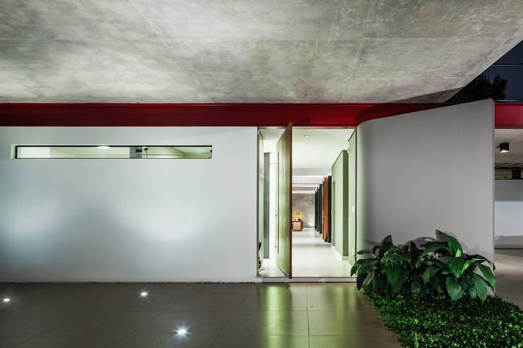 Pasillos y vestíbulos de estilo  por FCstudio