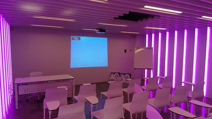 Sala de formación para la empresa Sacopa: Edificios de oficinas de estilo  de Francesc Studio