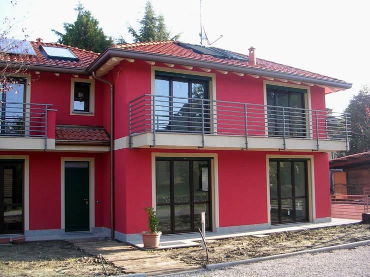 Abitazione bifamiliare con struttura in legno (classe energetica A+): Case in stile  di Arch. Dario Nespoli