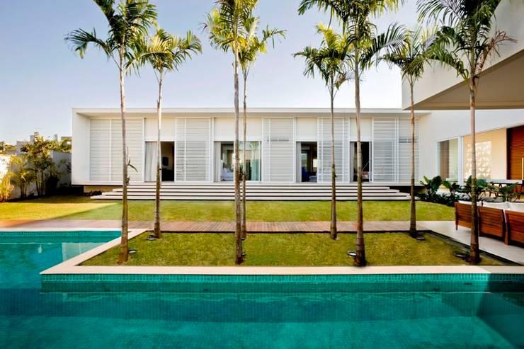CASA DO PÁTIO: Casa  por LEO ROMANO INTERIORES E EXTERIORES EIRELI-ME