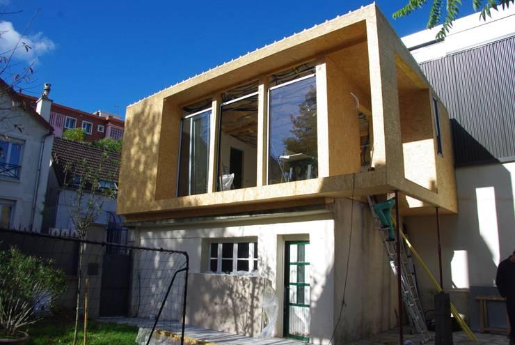 Extension en bois – Création d'un studio en bois:  de style  par AAA CSC