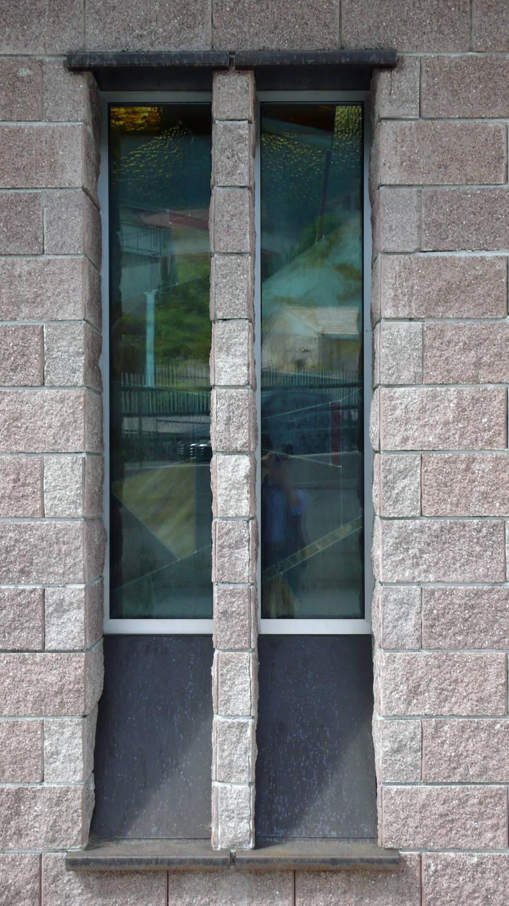 CORTEN : Finestre & Porte in stile  di ARTEMATICA studio
