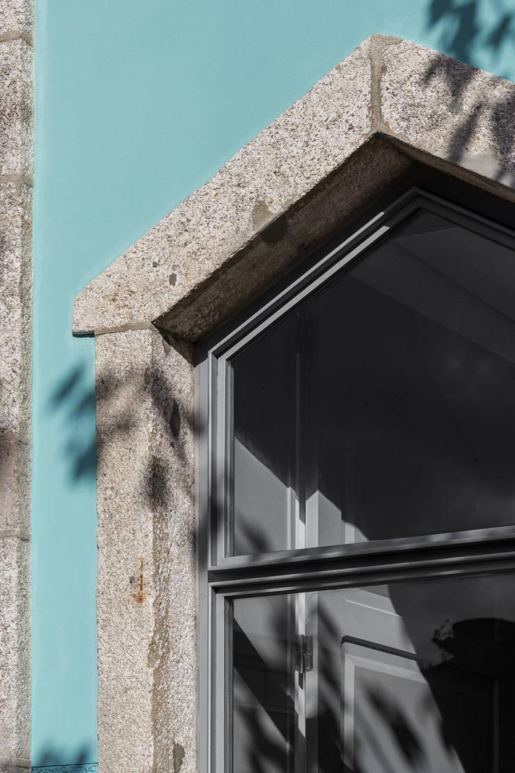 Chalé das Três Esquinas: Janelas   por Tiago do Vale Arquitectos