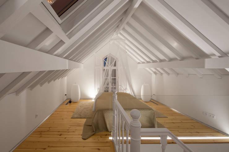 Dormitorios de estilo  por Tiago do Vale Arquitectos