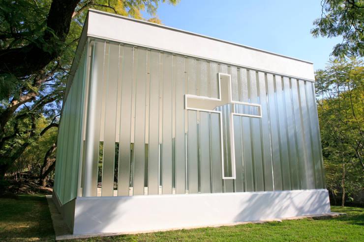 La Estancia Chapel:  de estilo  por BNKR Arquitectura