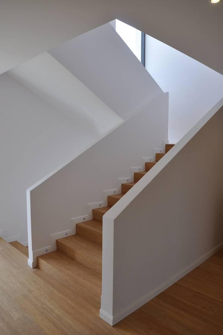 Dom D&J: styl , w kategorii Korytarz, przedpokój zaprojektowany przez Pracownia Projektowa Ola Fredowicz