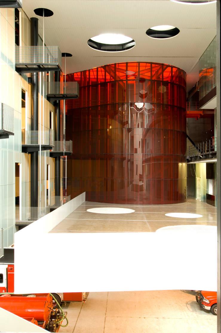 Ave Fenix Fire Station: Edificios de Oficinas de estilo  por AT103