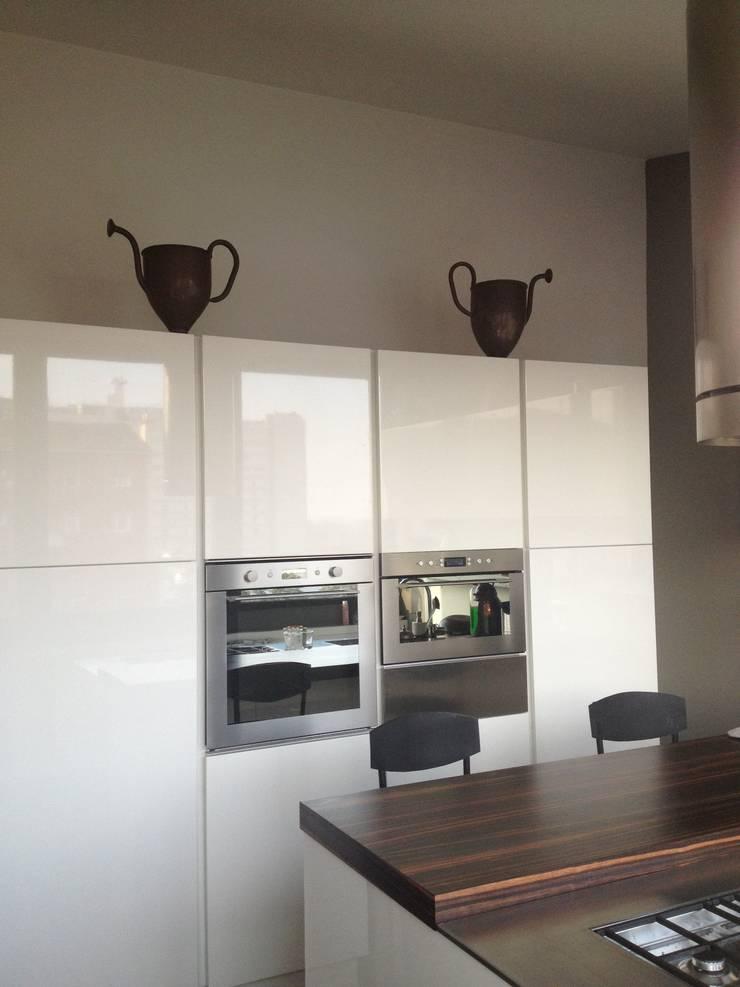 First: Sala da pranzo in stile  di V V | architettura & Interni