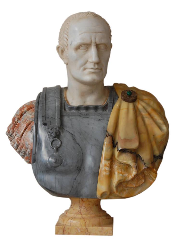 """Busto policromo """"Giulio Cesare"""": Soggiorno in stile  di Todini Sculture"""