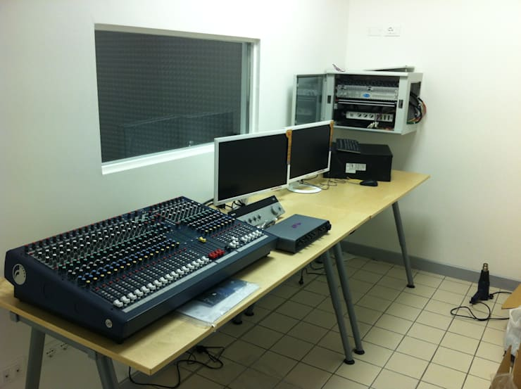 Talent-LAB: Sala multimediale in stile  di Veneta Impianti S.r.l.