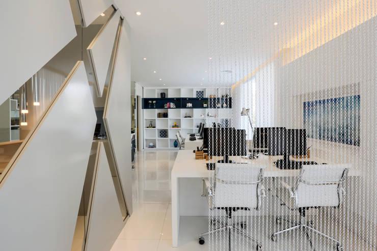 AAM_Hprizonte Vital Brasil 67m²: Escritórios  por Chris Silveira & Arquitetos Associados