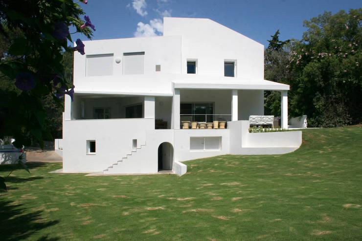 Rehabilitacion y ampliación de vivienda en Sotogrande:  de estilo  de CHS arquitectos