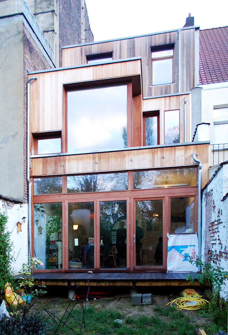 Extension en bois d'une maison à Uccle: Maisons de style  par KARBON'