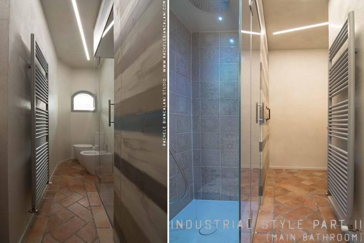 Bagno - doccia di luce e armadiatura su misura: Bagno in stile  di Rachele Biancalani Studio