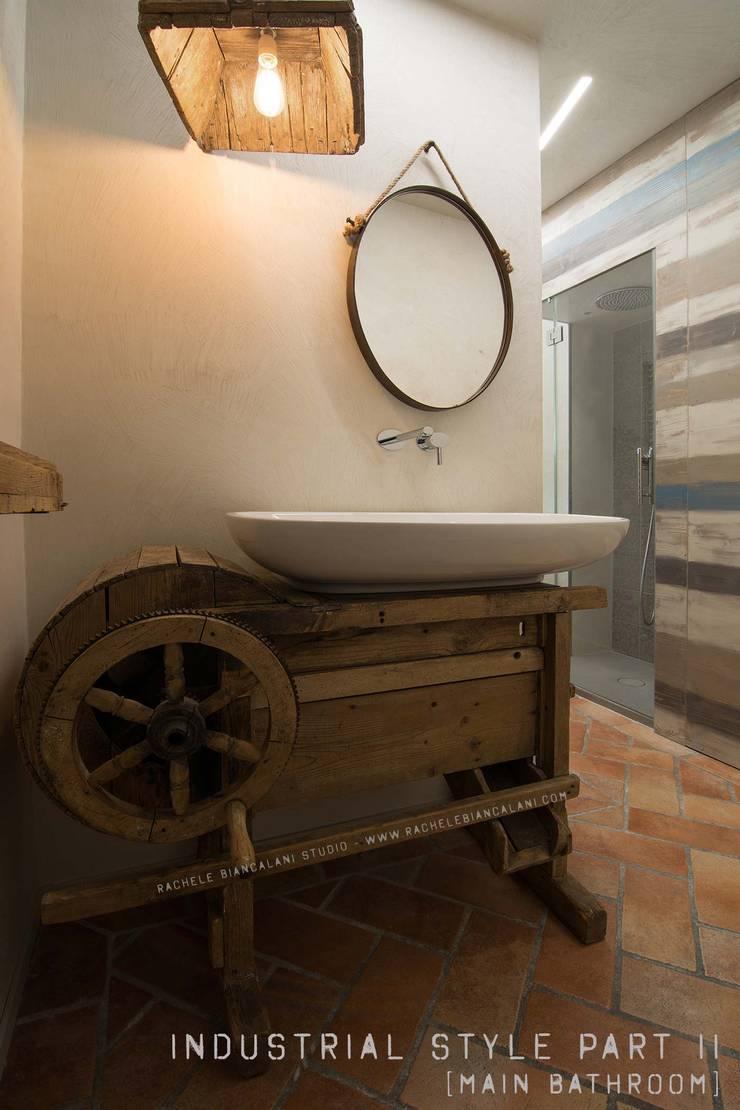 Mobile lavello vintage - un vecchio attrezzo agricolo trova nuova vita: Bagno in stile  di Rachele Biancalani Studio
