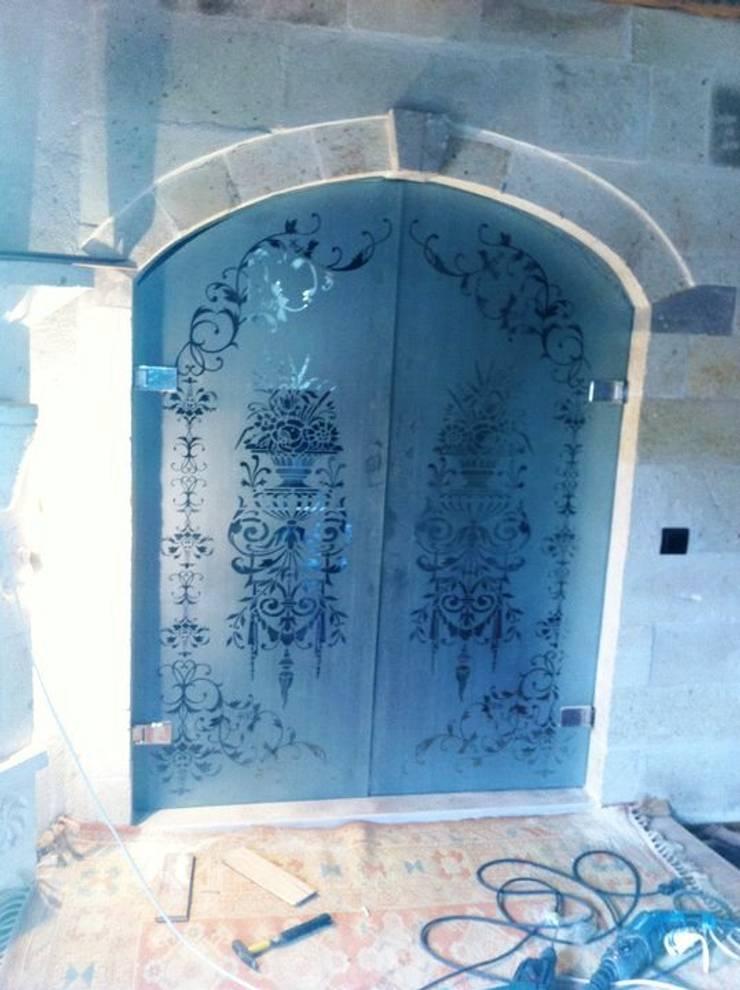 özgarip cam ltd şti – Cam Kapı:  tarz Koridor, Hol & Merdivenler