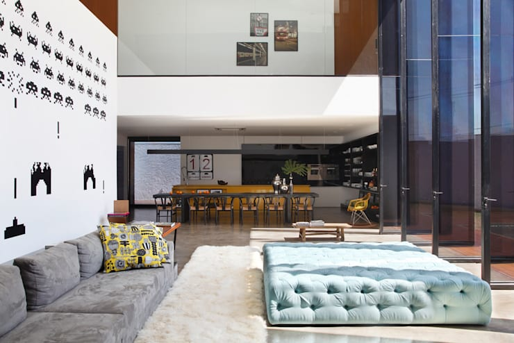 LA HOUSE : Salas de estar modernas por STUDIO GUILHERME TORRES