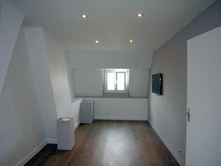 Chambre 25 m2 avec bureau: Chambre de style  par For Intérieur