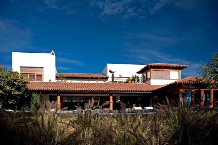 fachada al campo de golf: Casas de estilo  por Taller Luis Esquinca