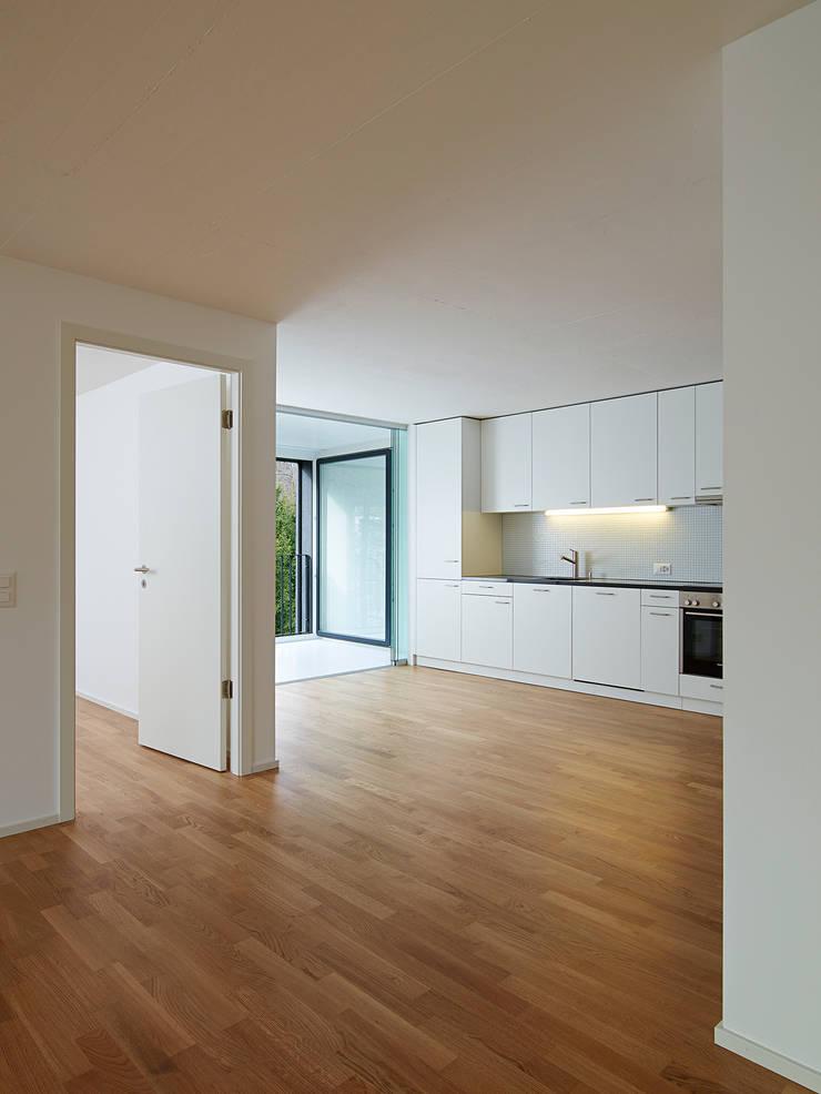 4.5 pièces, cuisine ouverte dans l'espace jour: Maisons de style  par TRIBU architecture