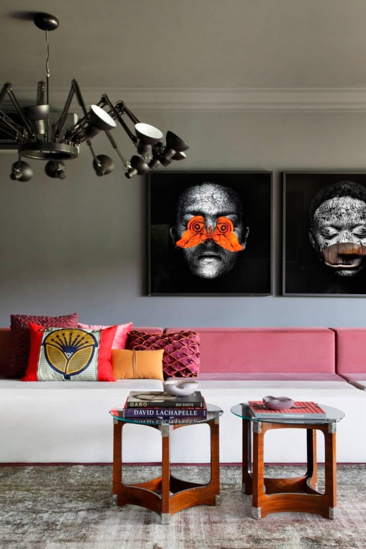 GW HOUSE : Salas de estar  por STUDIO GUILHERME TORRES