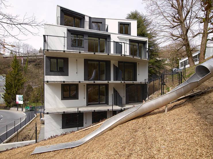 façade Est depuis le bois: Maisons de style  par TRIBU architecture