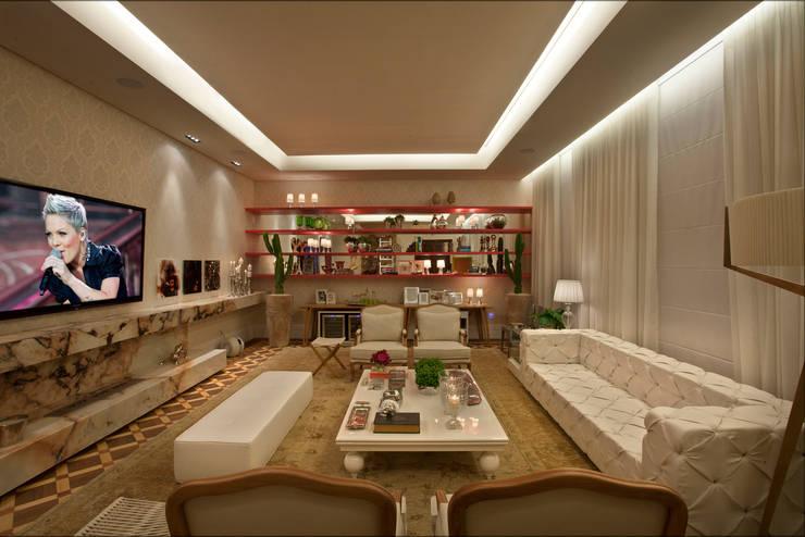 Living – Casa Cor 2013: Salas de estar  por Guardini Stancati Arquitetura e Design
