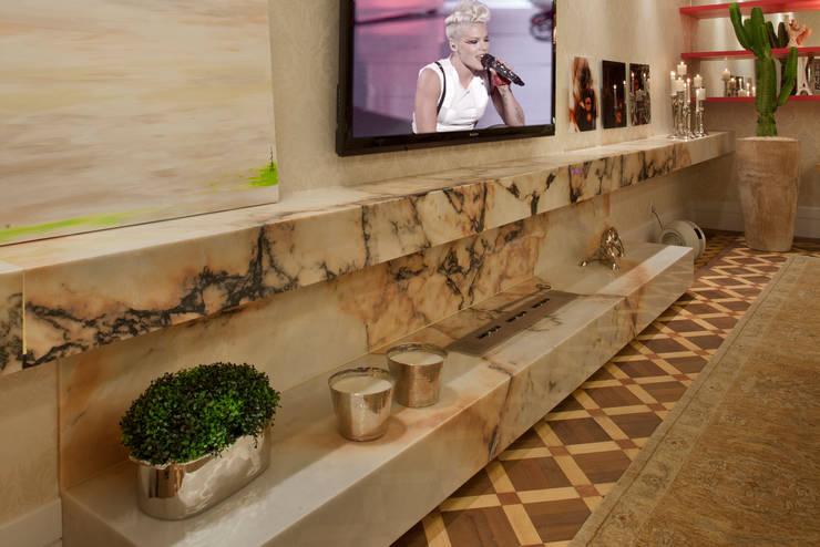 Living - Casa Cor 2013: Salas de estar  por Guardini Stancati Arquitetura e Design