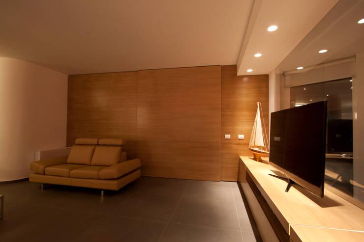 Casa L: Pareti in stile  di Laboratorio di Progettazione Claudio Criscione Design