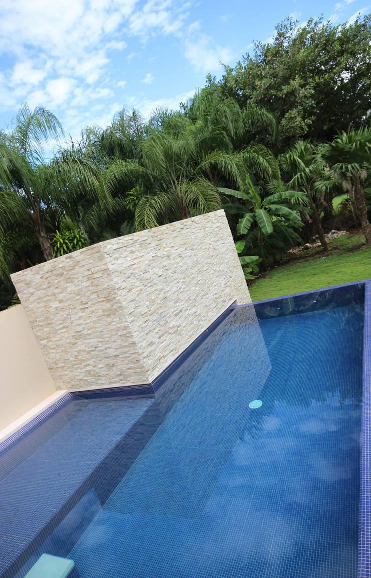 CASA 2  EN PUERTO AVENTURAS: Albercas de estilo  por axg arquitectos, Minimalista