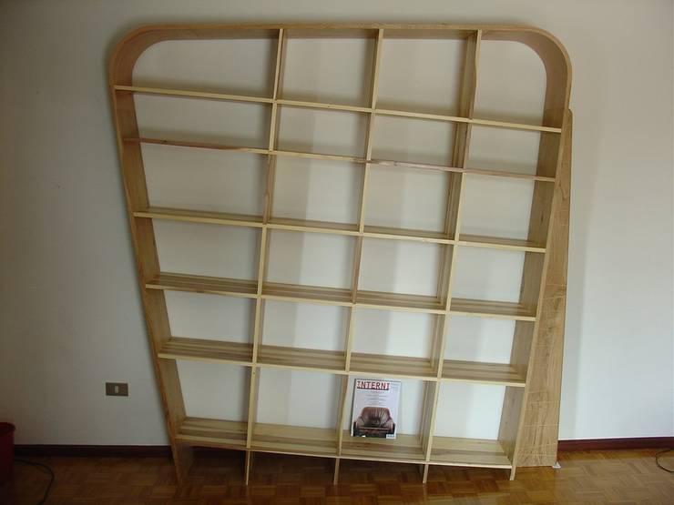Mia: Soggiorno in stile  di PROMETEO - Laboratorio del legno di Paolo Rovere-