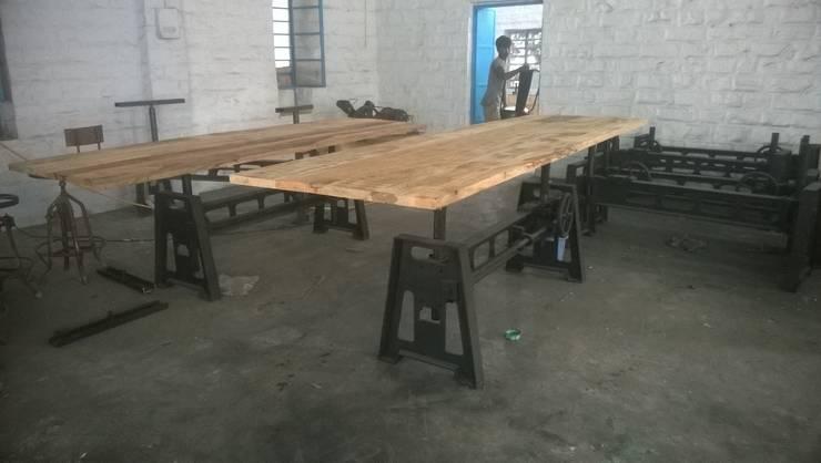 Industrial Mechanical Dining Table: industrial Dining room by Vinayak Art Inc.