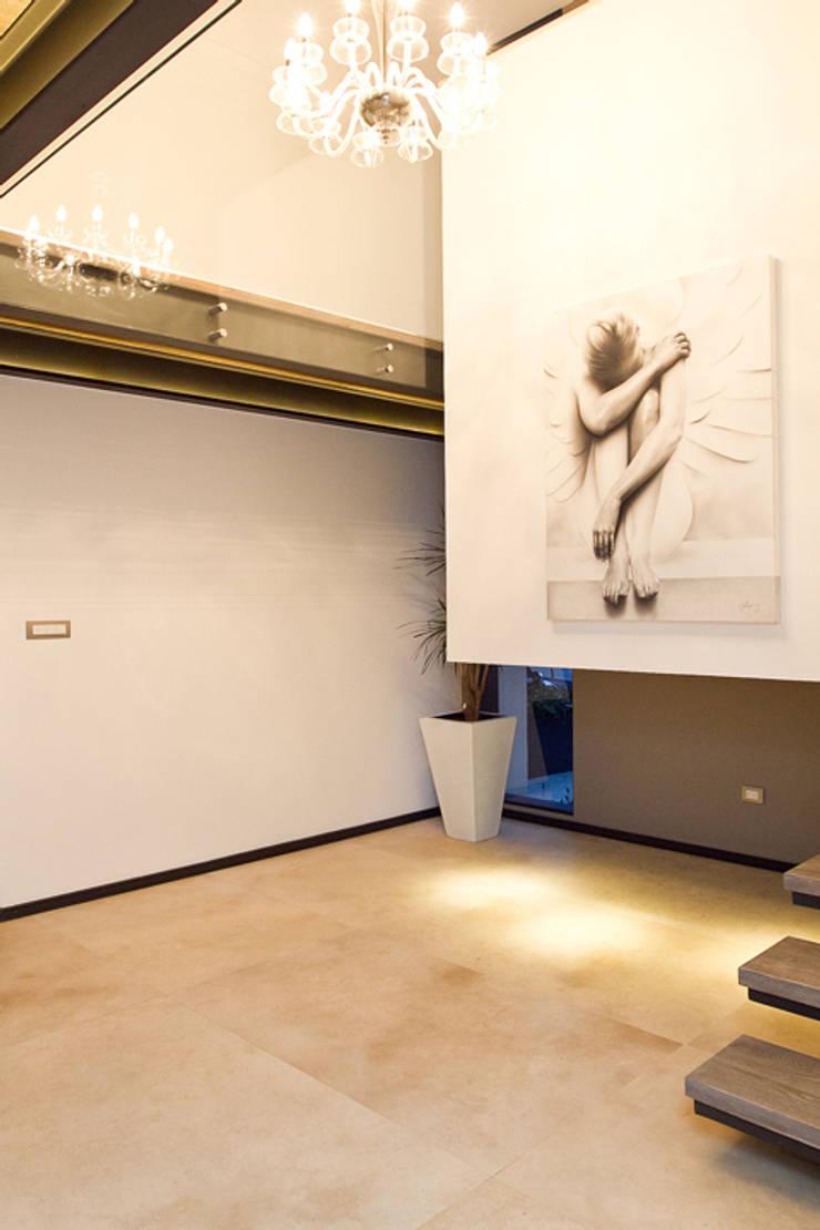 La escalera de un ángel : Pasillos y recibidores de estilo  por Block-Mexico, Minimalista