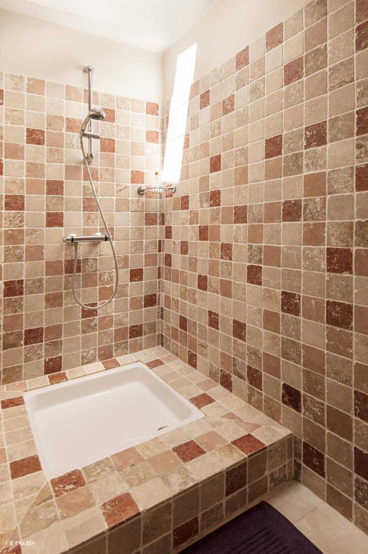 Baños de estilo rústico de Pixcity Rústico